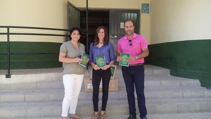 El alcalde de Otura, Nazario Montes, y la concejala de Educación, Ángela Valladares, presentan las agendas escolares
