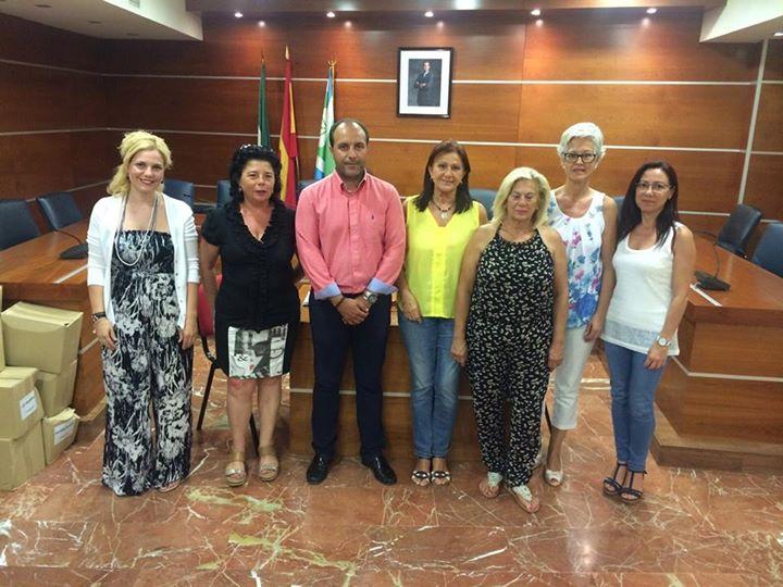 El alcalde de Otura, Nazario Montes, y la concejal de Cultura, Lydia Medina, junto a las representantes de AFAMMER