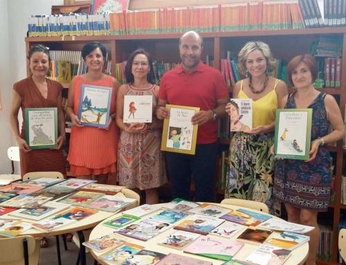 """La Diputación de Granada entrega una """"Mochila Violeta"""" a la Biblioteca Pública de Otura"""