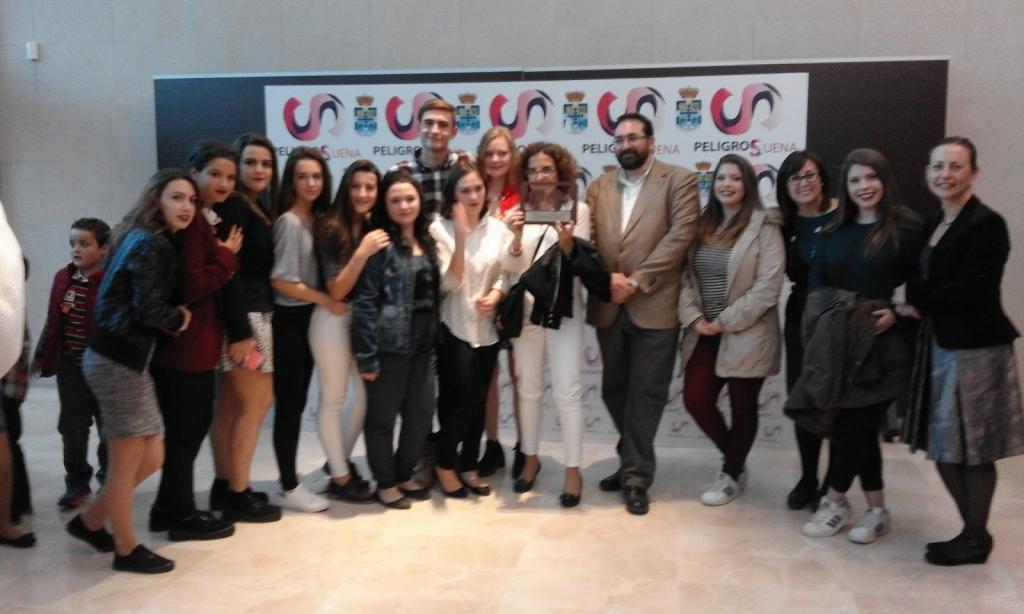 El Grupo de Teatro ValorArte recibiendo el primer premio provincial de Teatro Escolar