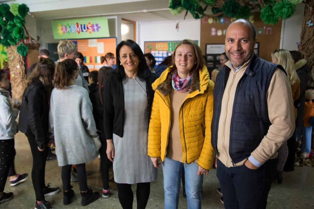 El alcalde de Otura, Nazario Montes, inaugura el programa Eramus Plus junto a la concejala de Educación, Ángela Valladares, y a la directora del CEIP Virgen de la Paz