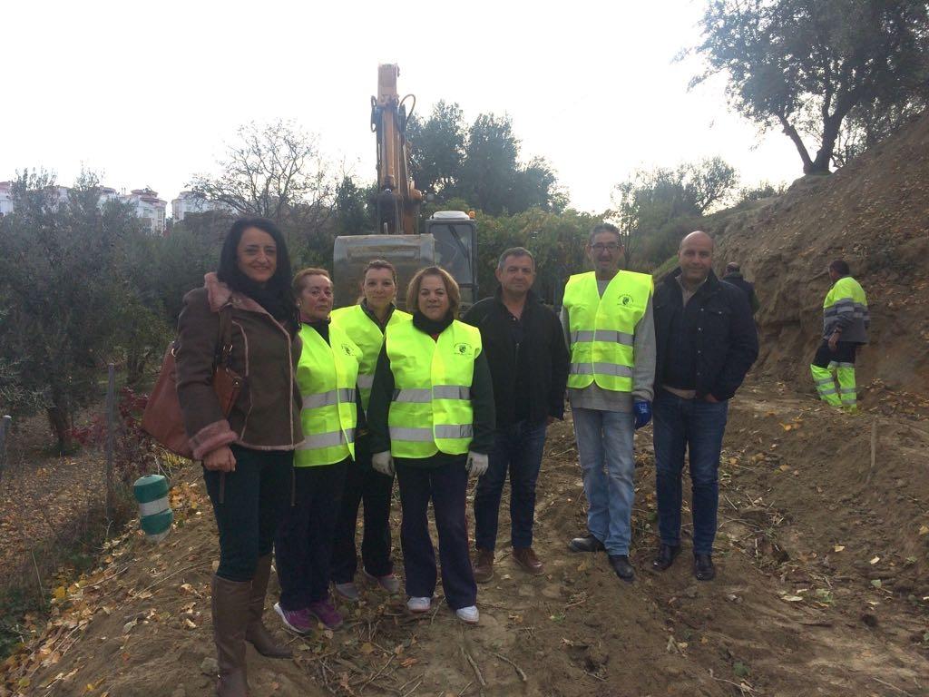 El alcalde de Otura, Nazario Montes, inaugurando la nueva obra del PFEA junto a la concejal de Obras y Servicios, Ángeles Valladares, y el concejal de Medio Ambiente, Ángel Pértiñez.