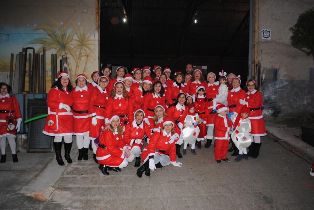 El alcalde con el grupo de 'Mamá Noeles' antes de la salida de la Cabalgata