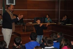 El alcalde ha entregado el bastón de mando de tercer curso a Carlos