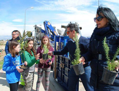 Unos 175 escolares siembran más de 350 árboles y plantas en Otura